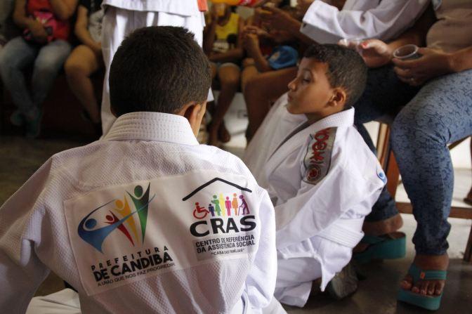 Candiba: Prefeitura incentiva esporte e lazer, e promove a doação de Kits completos de uniformes para o Jiu jitsu para crianças e adolescentes