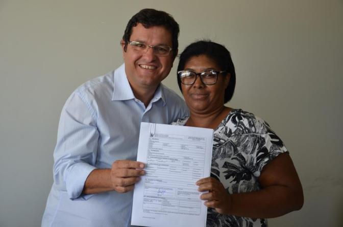 Prefeitura de Guanambi entrega escrituras a famílias do Bairro Beija-flor
