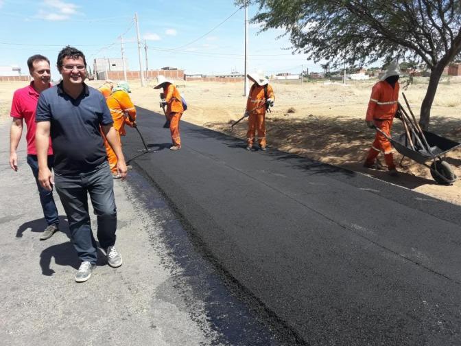 Prefeito Jairo Magalhães acompanha início das obras do novo asfalto que liga Guanambi a Ceraíma