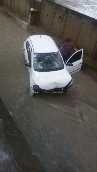 Guanambi: Motorista perde perde controle do carro e cai no canal da Feira